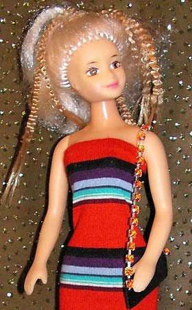 Открытое летнее платье из трикотажа в полоску.